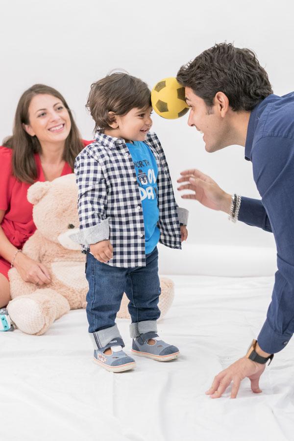Foto di famiglia simpatica con bimbo e papà
