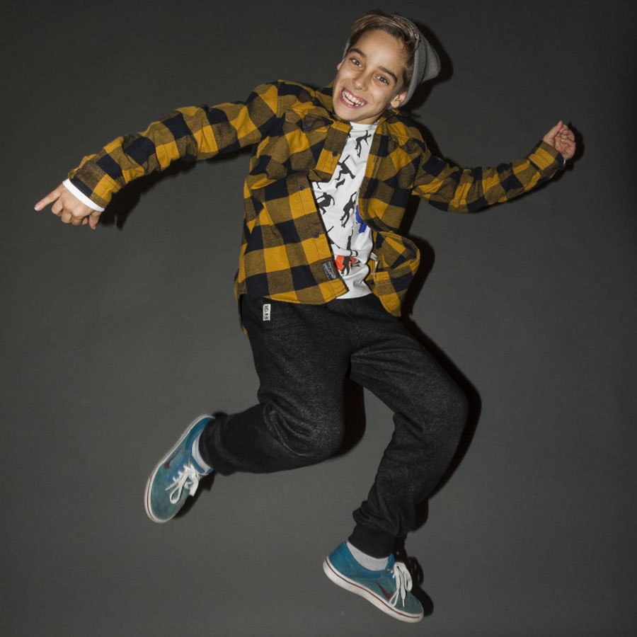 Salto di un ragazzino nella sala posa de il FotoStudio